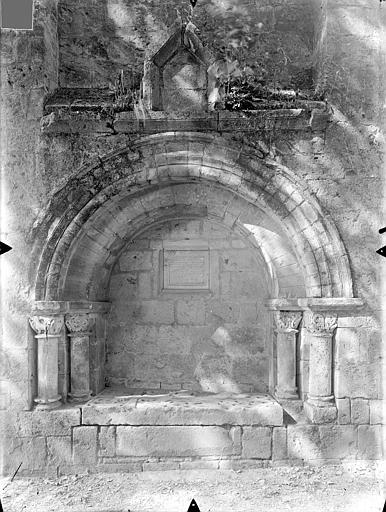 Eglise Saint-Hilaire-le-Grand Transept sud : Enfeu abritant une dalle funéraire au nom de Constantin, Gossin (photographe),