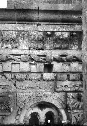 Cathédrale Saint-Gatien Couronnement d'un clocher : corniches, chapiteaux, gargouilles, ,