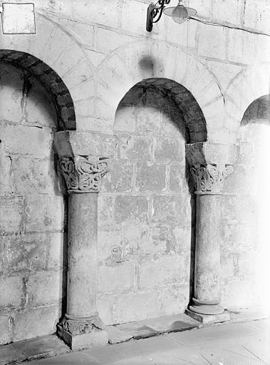 Eglise de Montierneuf Arcatures de la nef : Deux colonnettes et leurs chapiteaux, Gossin (photographe),