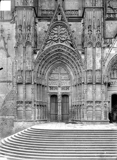 Cathédrale Saint-Etienne Premier portail de la façade ouest : porte saint Guillaume, Doucet ; Baudet (photographe),