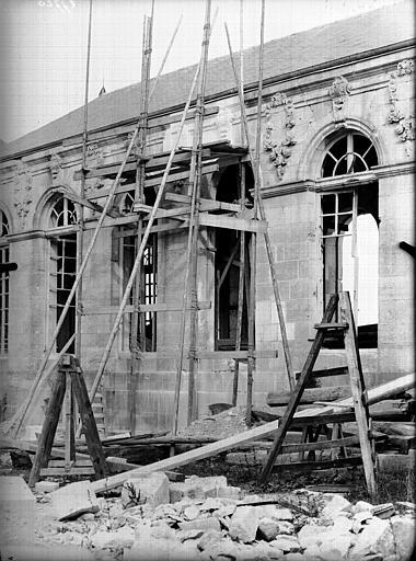 Evêché  (ancien) Façade, fenêtre en restauration, Service photographique,
