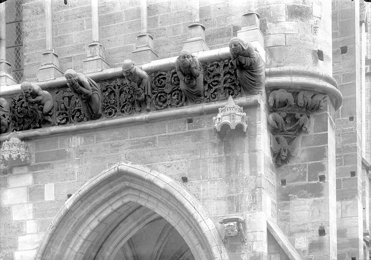 Eglise Notre-Dame Façade ouest : Frise sculptée entre le porche et la galerie d'arcatures, Durand, Jean-Eugène (photographe),