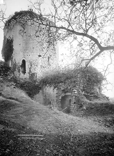 Château du Coudray-Salbart Entrée du donjon, Durand, Eugène (photographe),