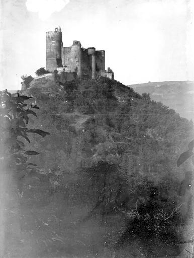 Château Vue à distance au sommet d'une colline, Enlart, Camille (historien),