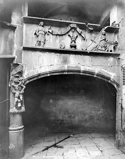 Maison de l'Annonciation (ancienne) ou Hôtel Regin Cour intérieure : Arcade du rez-de-chaussée et frise sculptée représentant l'Annonciation, Neurdein Frères (photographes),