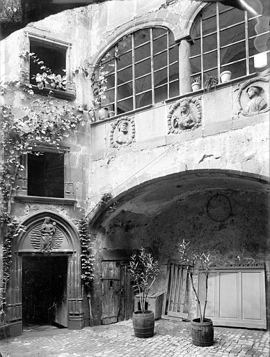 Maison dite de Lucrèce ou Hôtel Fontfreyde Cour intérieure, Jarron (photographe),