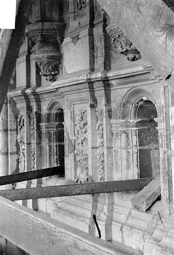 Cathédrale Saint-Maurice Façade ouest, statues de la partie supérieure représentant saint Maurice et ses compagnons en costume militaire du 16e siècle : Petites ouvertures situées sous les socles, Vorin,