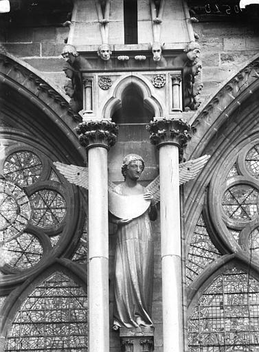 Cathédrale Notre-Dame Contrefort, ange portant la lune, Lajoie, Abel,