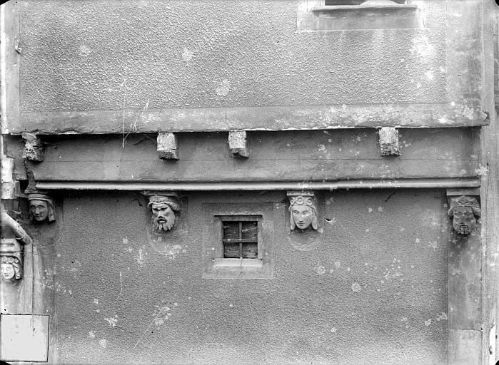 Maison Façade sur rue : Corbeaux sculptés, Jarron (photographe),