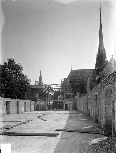 Abbaye Saint-Bénigne (ancienne) ; Musée archéologique Dortoir des moines bénédictins : étage supérieur découvert, Heuzé, Henri (photographe),