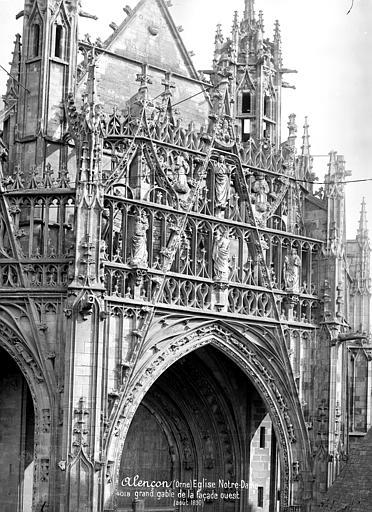 Eglise Notre-Dame Façade ouest : Grand gâble central du porche, Mieusement, Médéric (photographe),