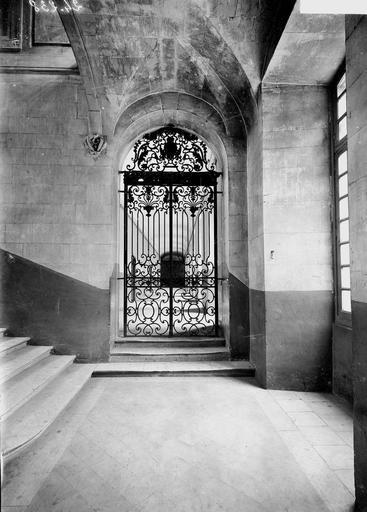 Abbaye aux Hommes (ancienne) Couloir du premier étage, porte en fer forgé, Service photographique,
