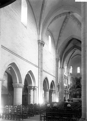 Eglise Notre-Dame Nef vue de l'entrée, Enlart, Camille (historien),
