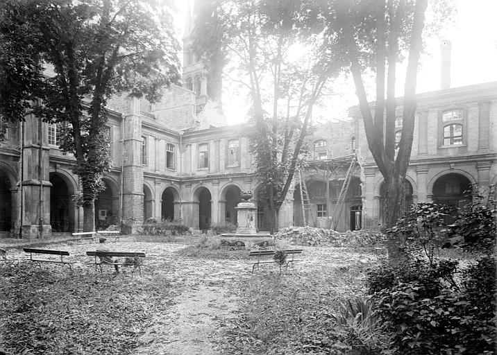 Abbaye Saint-Remi (ancienne) ; Hôtel-Dieu (ancien) Cloître du 17e siècle et fontaine, Sainsaulieu, Max (photographe),