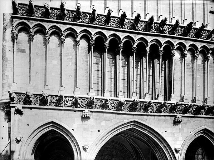 Eglise Notre-Dame Façade ouest : première galerie d'arcatures au-dessus du portail, Gossin (photographe),