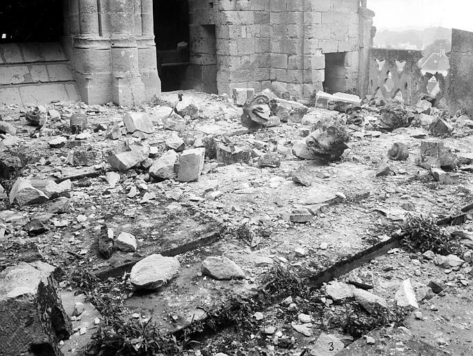 Eglise Notre-Dame ; Cathédrale (ancienne) Pierres tombées sur la plateforme entre les deux tours ouest, Durand, Jean-Eugène (photographe),