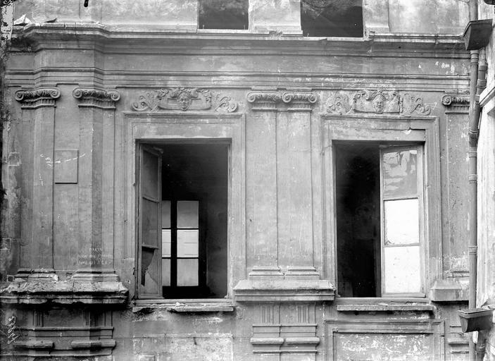 Hôtel des Prévôts Deux fenêtres du premier étage, Durand, Eugène (photographe),