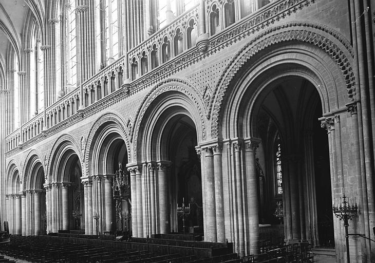 Cathédrale Travées de la nef, en largeur, Enlart, Camille (historien),