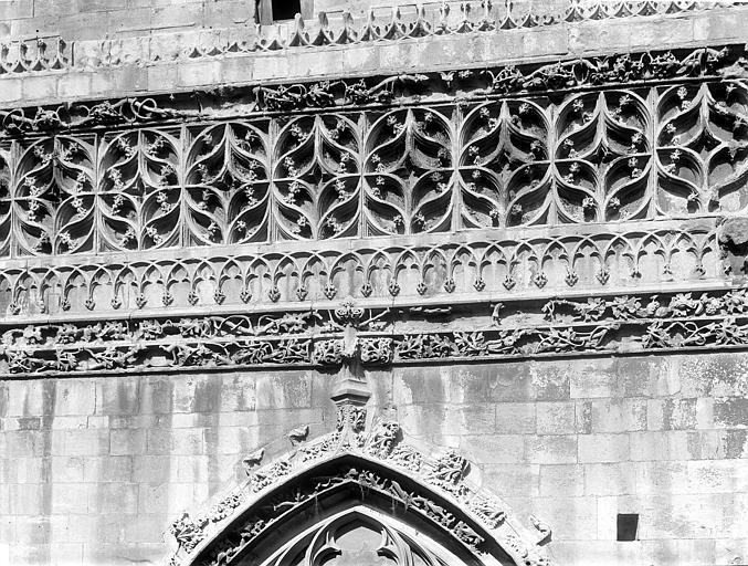 Eglise Saint-Gilles (ancienne) Portail de la façade sud : Frise sculptée au-dessus de la porte, Durand, Jean-Eugène (photographe),