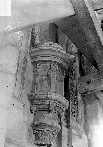 Cathédrale Saint-Maurice Façade ouest, statues de la partie supérieure représentant saint Maurice et ses compagnons en costume militaire du 16e siècle : Socle d'une statue, Vorin,