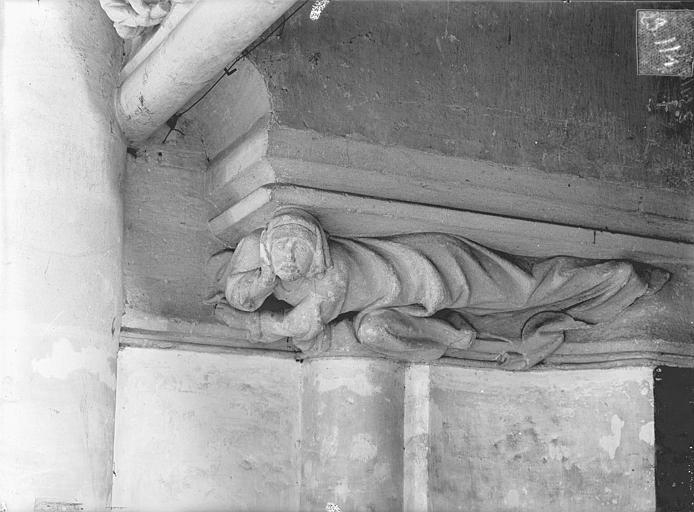 Palais des Comtes de Poitiers (ancien) ; Palais de Justice Vue intérieure de la salle des Pas-Perdus : Chapiteau de la cheminée, Gossin (photographe),