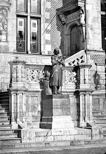 Hôtel Groslot, actuellement Hôtel de Ville Pavillon central : Statue de Jeanne d'Arc en prière, près de l'escalier de l'entrée, ,