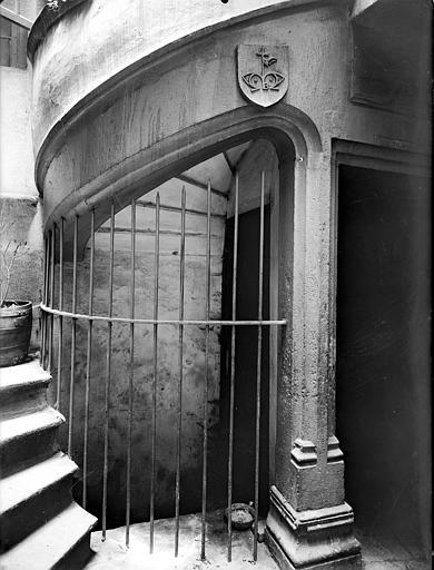 Maison Vue intérieure de la tourelle d'escalier, Lefèvre-Couton (photographe),