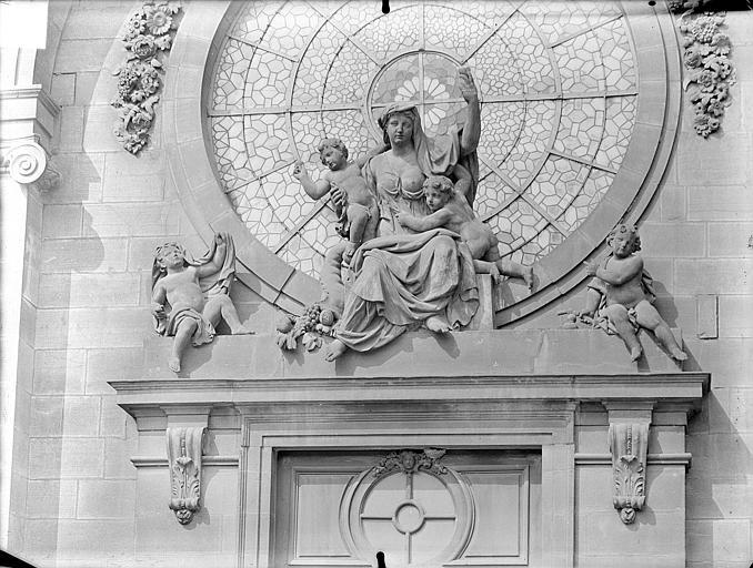 Hôpital général Chapelle Sainte-Croix de Jérusalem. Façade d'entrée : Groupe sculpté de la Charité, Gossin (photographe),