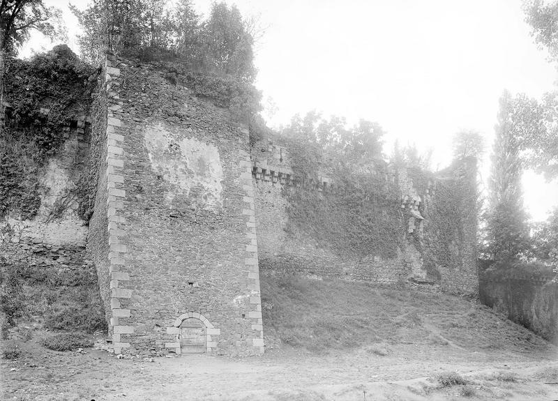Château Remparts côté sud, tour carrée percée d'une porte, Durand, Eugène (photographe),