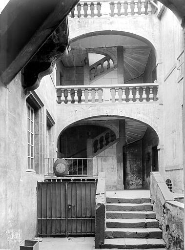 Maison Cour intérieure : Escalier, Durand, Jean-Eugène (photographe),