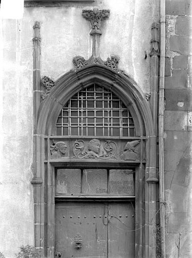 Hôtel Mallet de Vendègre ou Maison du Bailli Façade sur rue : Porte flamboyante avec bas-relief représentant Suzanne et les Vieillards, Jarron (photographe),