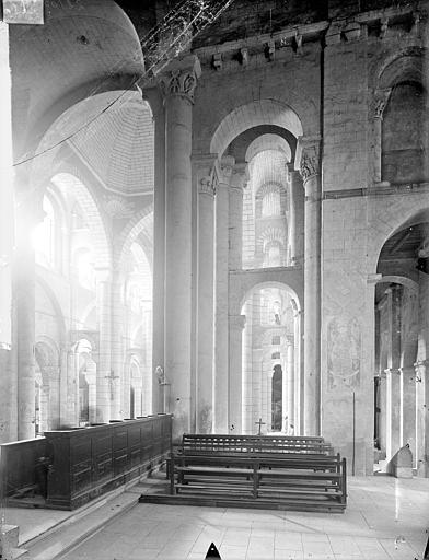 Eglise Saint-Hilaire-le-Grand Vue intérieure du transept sud, du bas-côté et du choeur, vers l'est, Gossin (photographe),