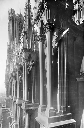 Cathédrale Notre-Dame Façade sud : Contreforts de la nef vus en perspective vers l'ouest, Sainsaulieu, Max (photographe),
