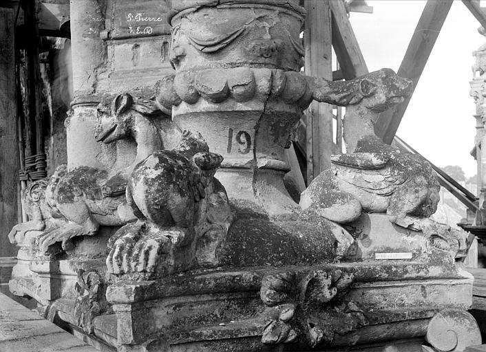 Eglise Saint-Pierre Pinacle de l'abside : Détail de la base, Durand, Jean-Eugène (photographe),