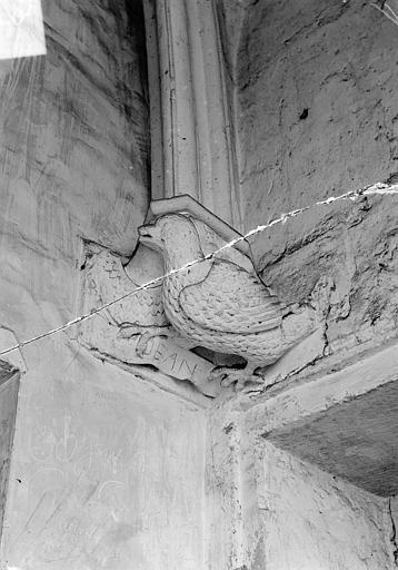 Château Donjon. Console sculptée : L'aigle de saint Jean, Vorin,