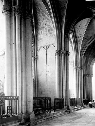 Cathédrale Saint-Pierre et Saint-Paul Bas-côté: Chapelles, Enlart, Camille (historien),