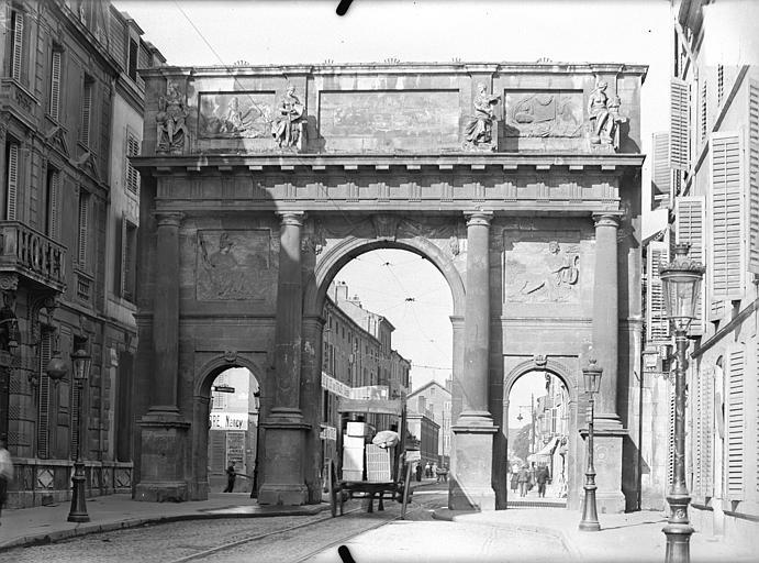 Porte Stanislas Vue d'ensemble, du côté de la ville, Queste, P. photographe),