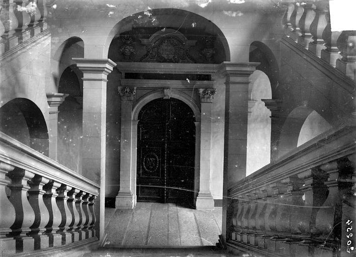 Hôpital général (ancien) ; Collège des Jésuites (ancien) ; Hospice général Museux Vue intérieure : Escalier au niveau du premier étage, Sainsaulieu, Max (photographe),