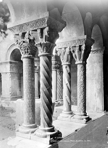 Eglise Cloître : Piliers à l'angle sud-est, Mieusement, Médéric (photographe),