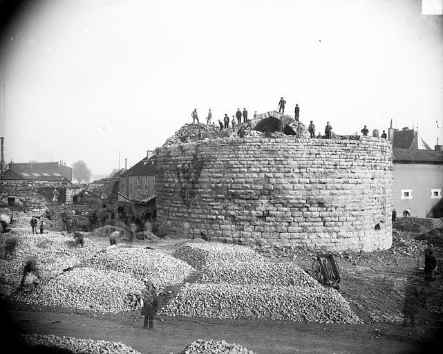Château fortifié (vestiges) Château en cours de démolition, Delaunay (photographe),