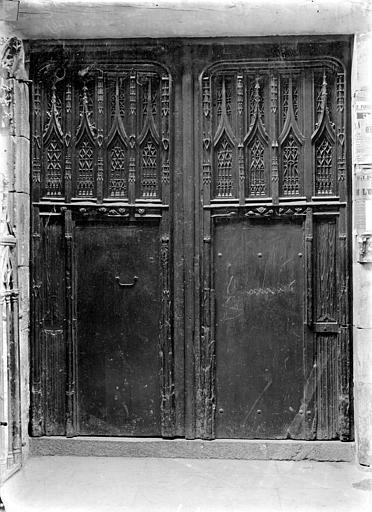 Eglise Notre-Dame-de-Froide-Rue (ancienne) ou Eglise Saint-Sauveur (actuelle) Porte d'entrée principale à vantaux en bois, Durand, Jean-Eugène (photographe),