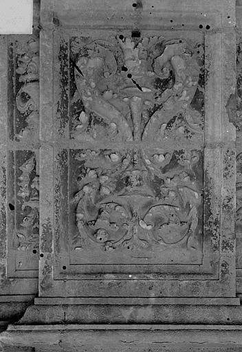 Cathédrale Saint-Maurice Façade ouest, statues de la partie supérieure représentant saint Maurice et ses compagnons en costume militaire du 16e siècle : Panneau sculpté entre les petites ouvertures situées sous les socles, Vorin,