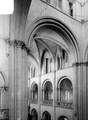 Abbaye aux Hommes (ancienne) ; Eglise abbatiale Saint-Etienne Vue intérieure de la nef : triforium et tribunes, Heuzé, Henri (photographe),
