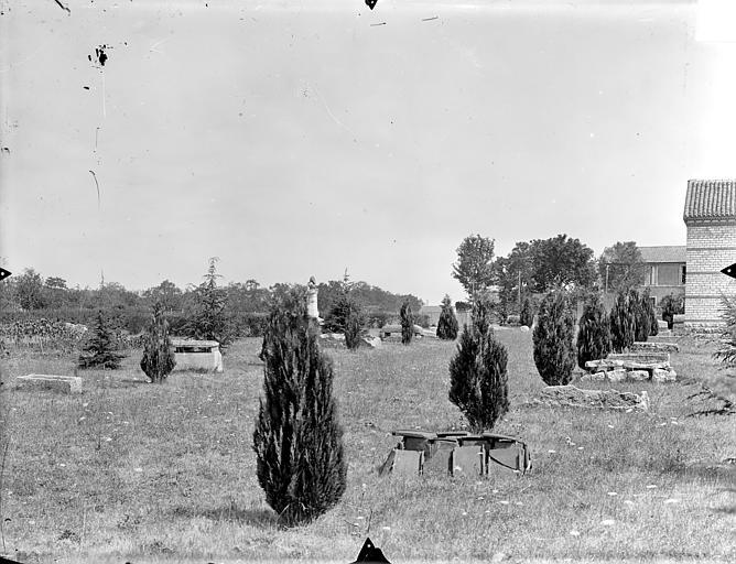 Hypogée des Dunes Jardin parsemé de sarcophages et de sépultures anciennes, Gossin (photographe),