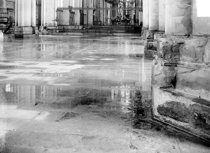 Cathédrale Notre-Dame Sol de la nef, inondée par les pluies après les bombardements de juillet 1916, Sainsaulieu, Max (photographe),