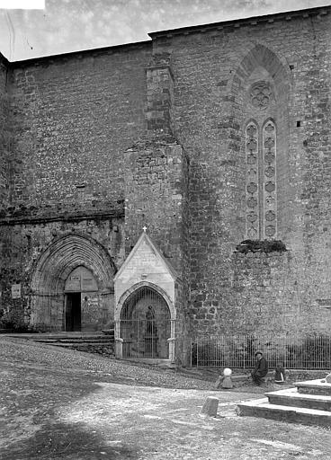 Eglise Saint-Jean Façade Nord: portail, et porte de la chapelle du XIVème siècle, Enlart, Camille (historien),