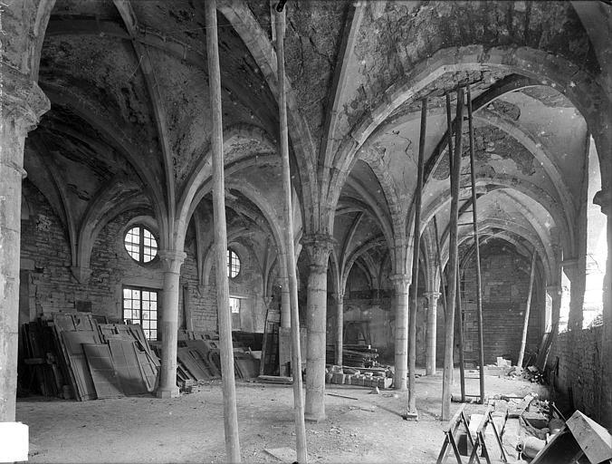 Abbaye Saint-Bénigne (ancienne) ; Musée archéologique Dortoir des moines bénédictins : vue intérieure du rez-de-chaussée, vers le sud-est, Heuzé, Henri (photographe),