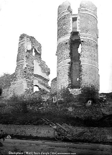 Château de Gilles de Rays (restes) Tour d'angle, Mieusement, Médéric (photographe),