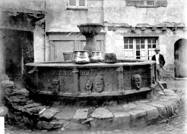 Fontaine ornée de masques Vue d'ensemble, Enlart, Camille (historien),