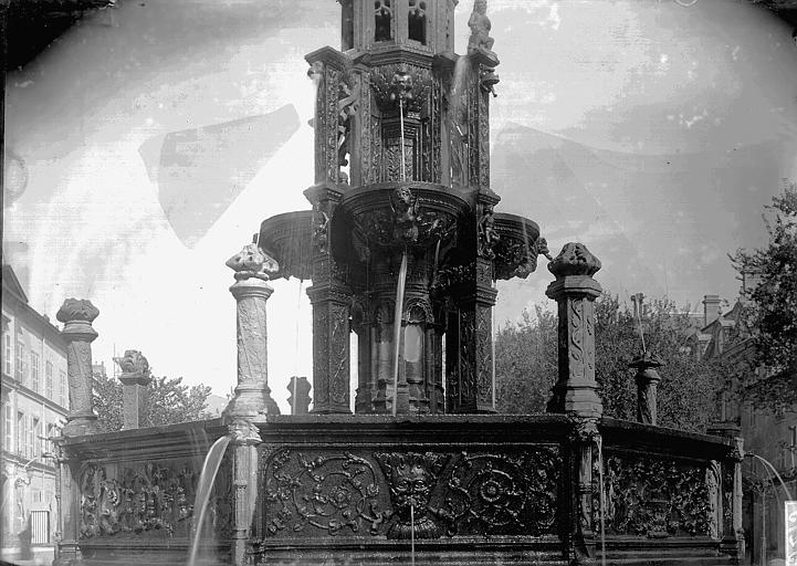 Fontaine d'Amboise Partie inférieure, Enlart, Camille (historien),